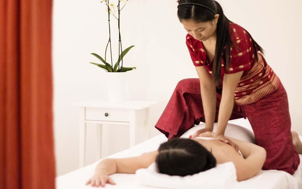 Operatore qualificato diplomato in tailandia esegue a regola d'arte un massaggio tailandese.
