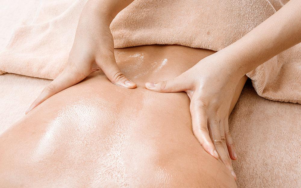 Massaggio thailandese con olio o con canfora per eliminare il dolore.