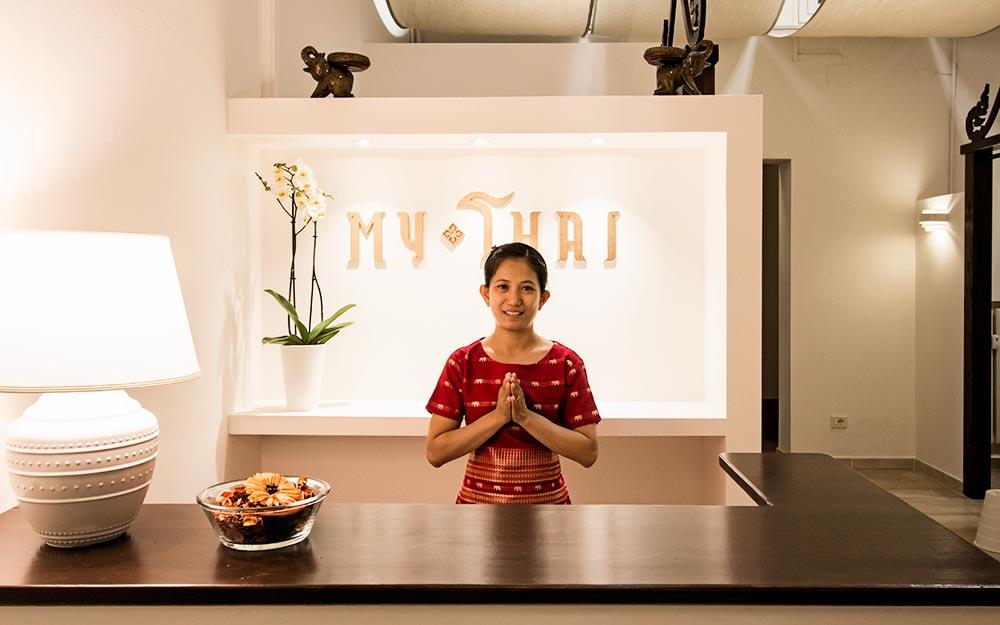 Un cliente viene accolto con rispetto e il tipico saluto thailandese al Centro Massaggi My Thai di Bologna.