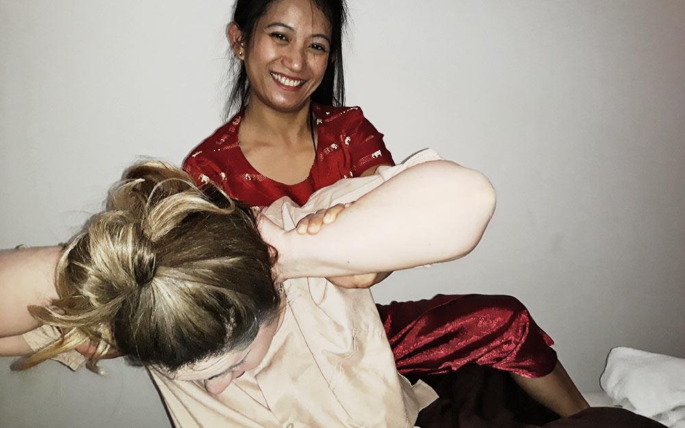 La giornalista di viaggio Lisa McQuery in visita al Centro di Massaggio tradizionale thailandese My Thai. Racconta la sua esperienza con il massaggio thailandese a Bologna.