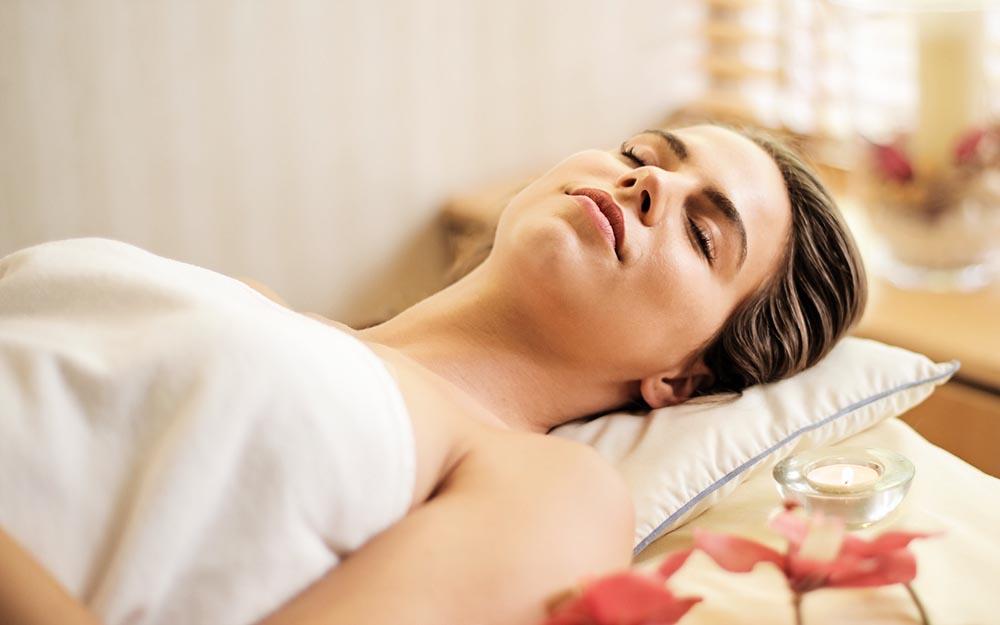 Donna che si ama e si regala un massaggio thai per recuperare le energie