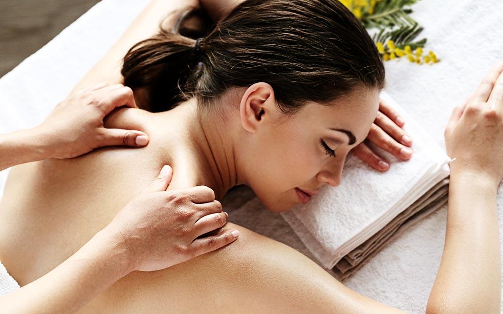 Donna che per la Festa della donna riceve un massaggio thai a Bologna
