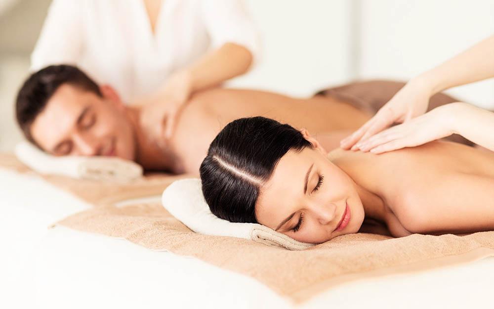 Uomo e donna che ricevono un massaggio thailandese di coppia
